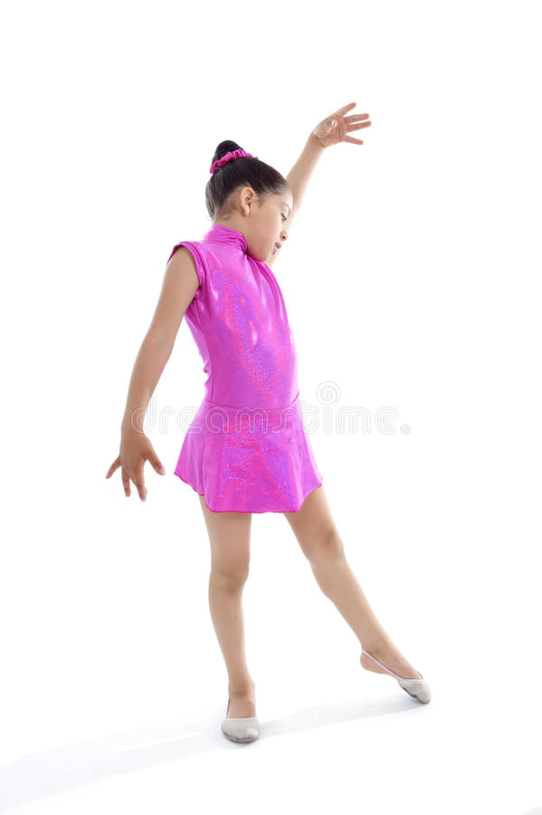 跳舞的拉丁逗人喜爱的年轻小女孩和芭蕾实践 免版税图库摄影
