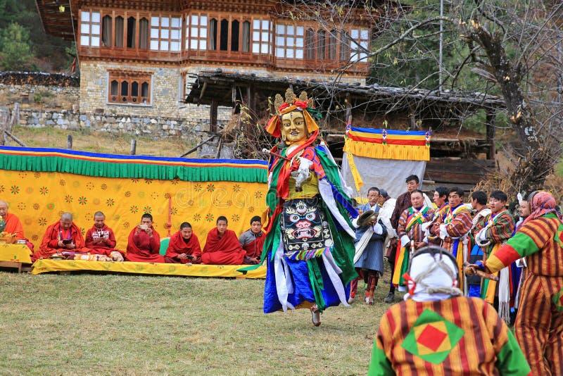 跳舞神在五颜六色的不丹牦牛节日执行 免版税库存照片