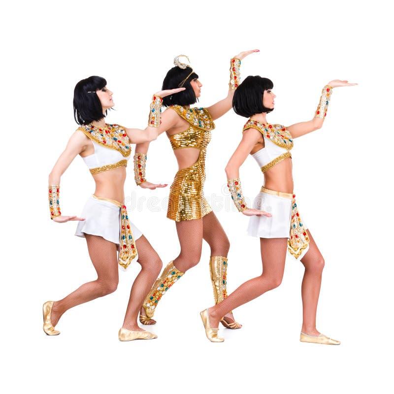 跳舞穿着埃及服装的法老王妇女。 免版税库存照片