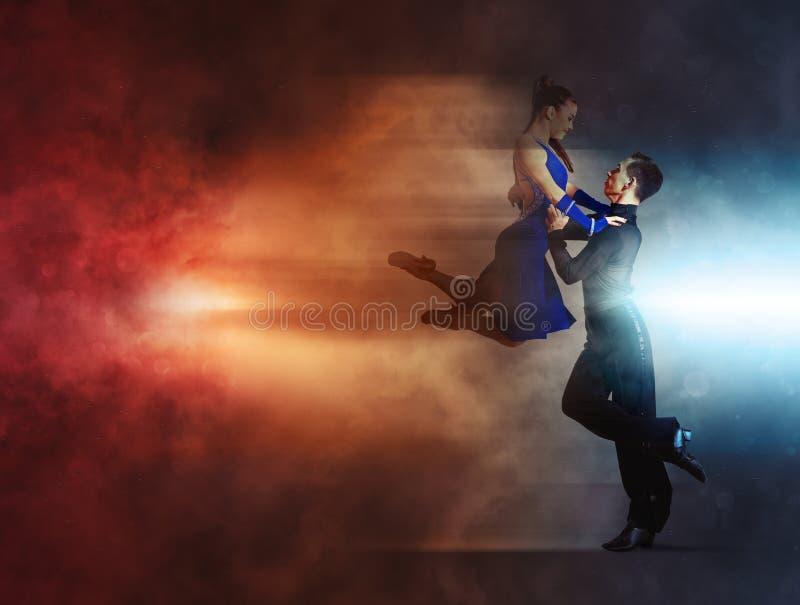跳舞舞厅的对舞蹈家 免版税库存图片