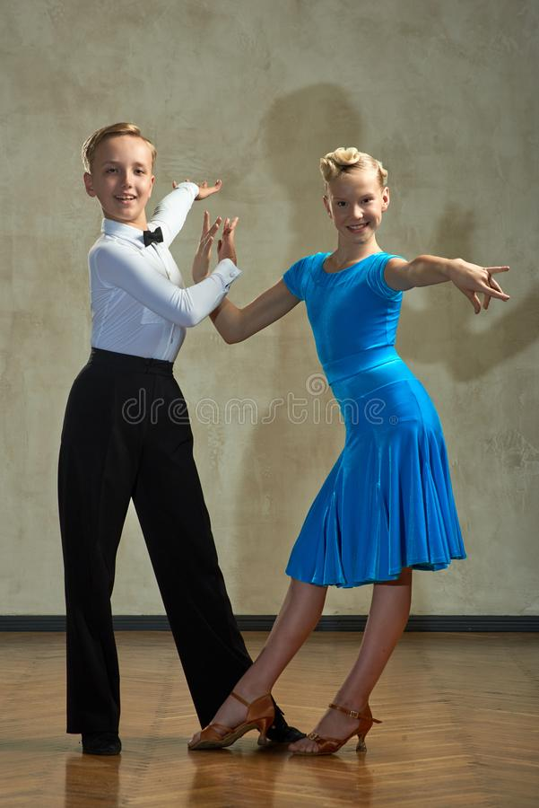 跳舞舞厅舞的孩子有吸引力的年轻夫妇  免版税库存照片