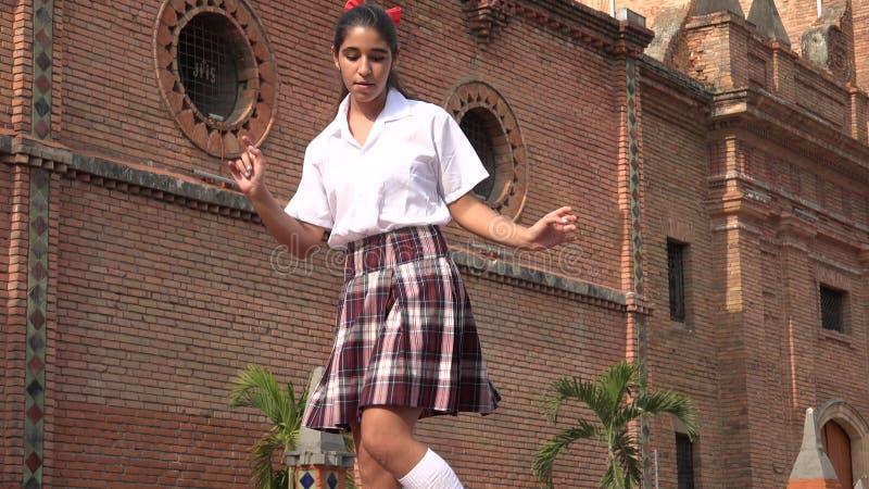 跳舞节律唱诵的音乐的女学生 免版税库存照片