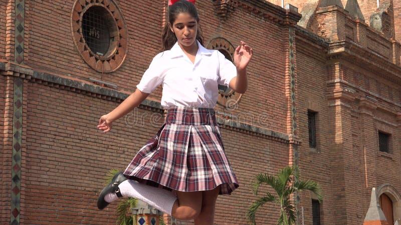 跳舞节律唱诵的音乐的女学生 免版税库存图片