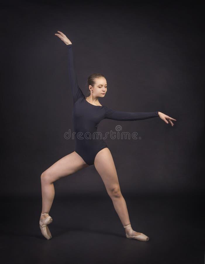 跳舞芭蕾的女孩 库存照片