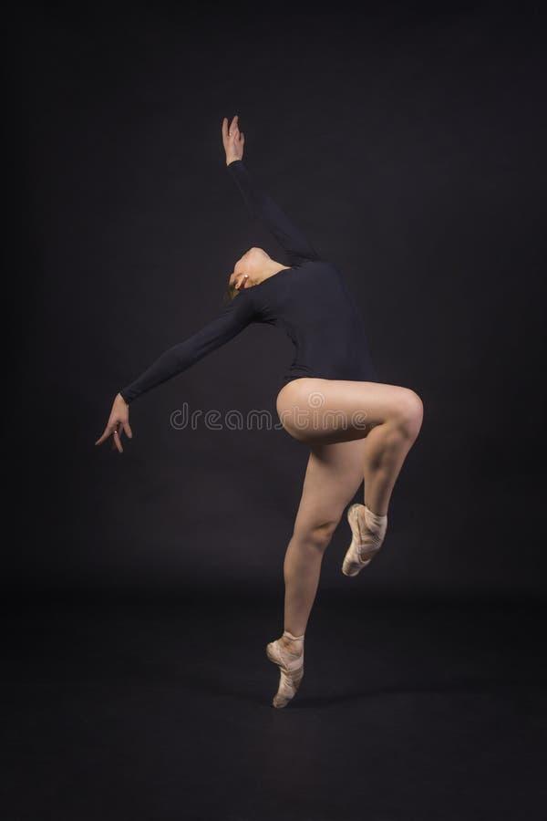 跳舞芭蕾的女孩 免版税库存照片