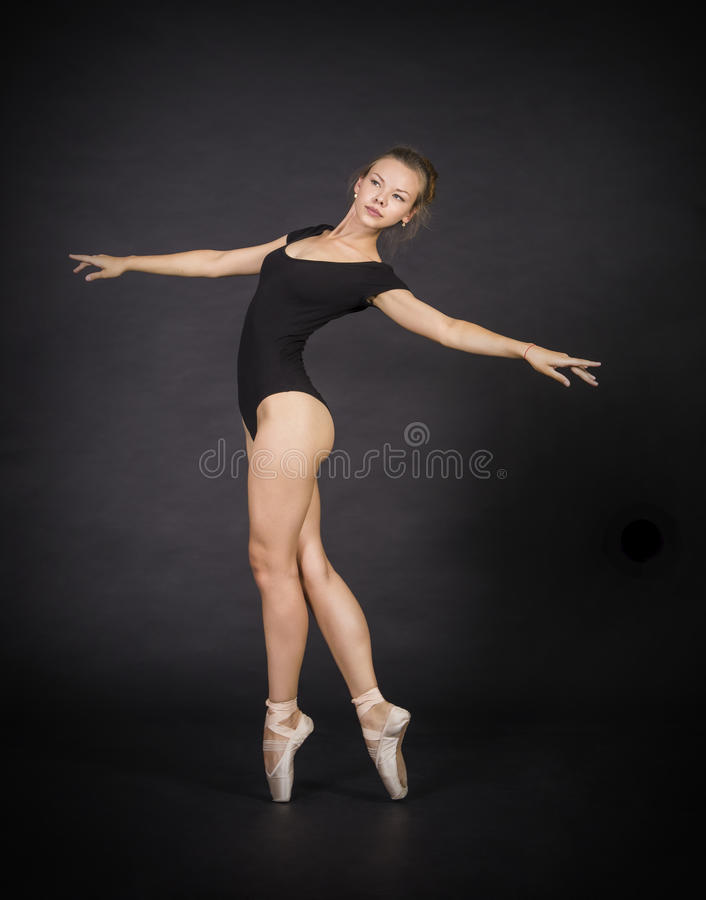 跳舞芭蕾的年轻,微笑的女孩 免版税库存照片