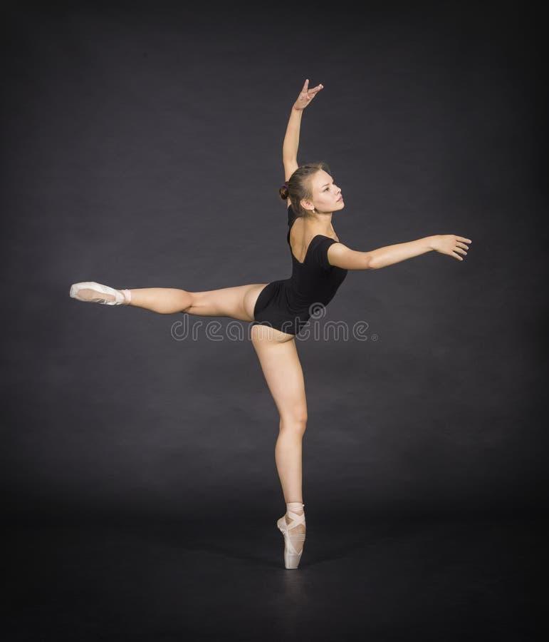 跳舞芭蕾的年轻,微笑的女孩 库存照片