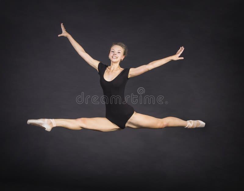 跳舞芭蕾的年轻,微笑的女孩 库存图片