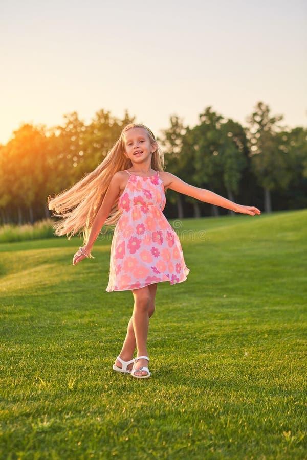跳舞逗人喜爱的小女孩户外 库存图片