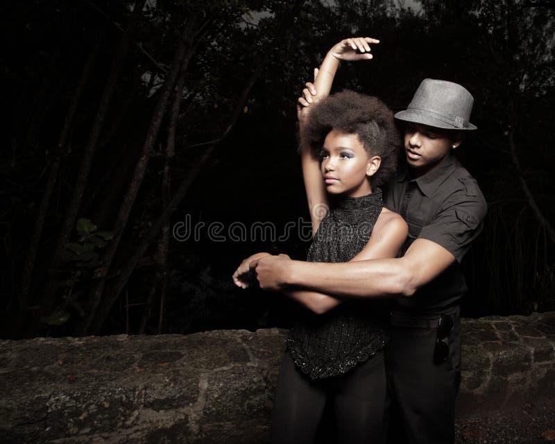 跳舞黑暗的年轻人的夫妇 免版税库存照片