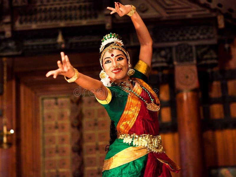 跳舞Bharat Natyam舞蹈,印度的美丽的印地安女孩 免版税图库摄影