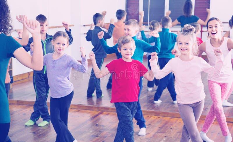 跳舞contemp的孩子在获得的演播室微笑和乐趣 免版税库存图片