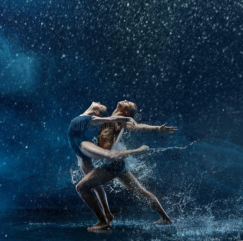 跳舞unde rwater的跳芭蕾舞者年轻夫妇下降 图库摄影