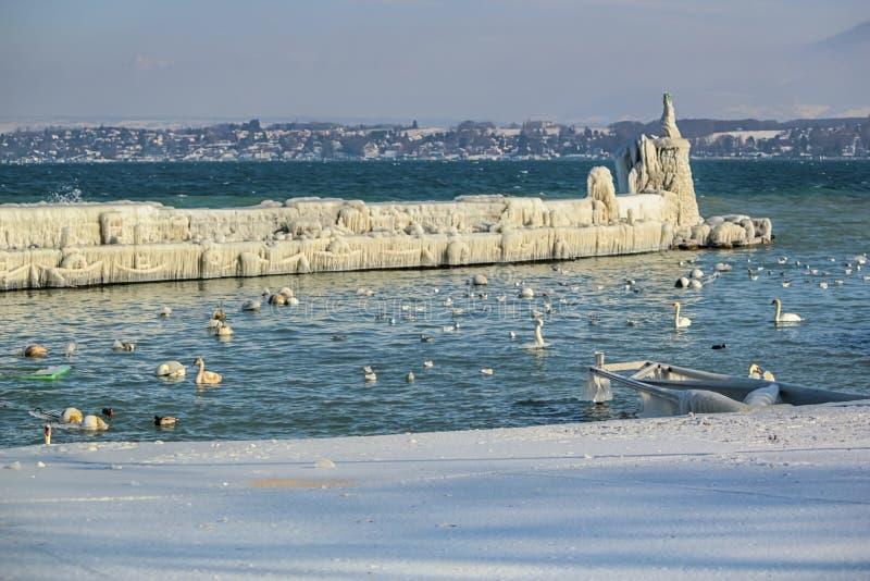 冻跳船和灯塔在韦尔苏瓦,日内瓦, 免版税库存图片