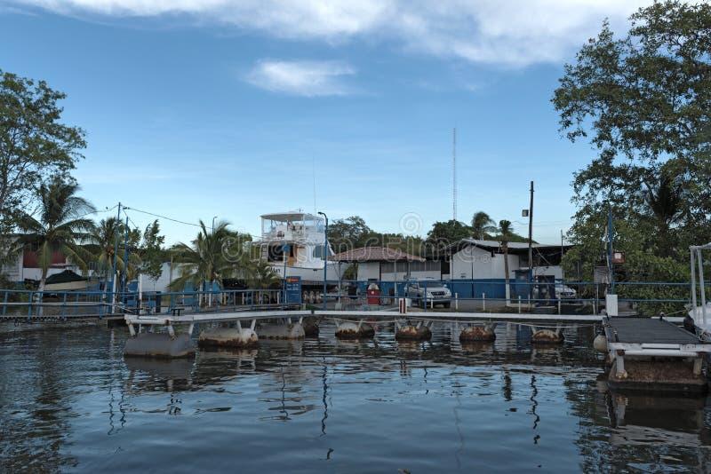 跳船在小港口pedregal在河platanal的嘴之前在太平洋巴拿马 图库摄影
