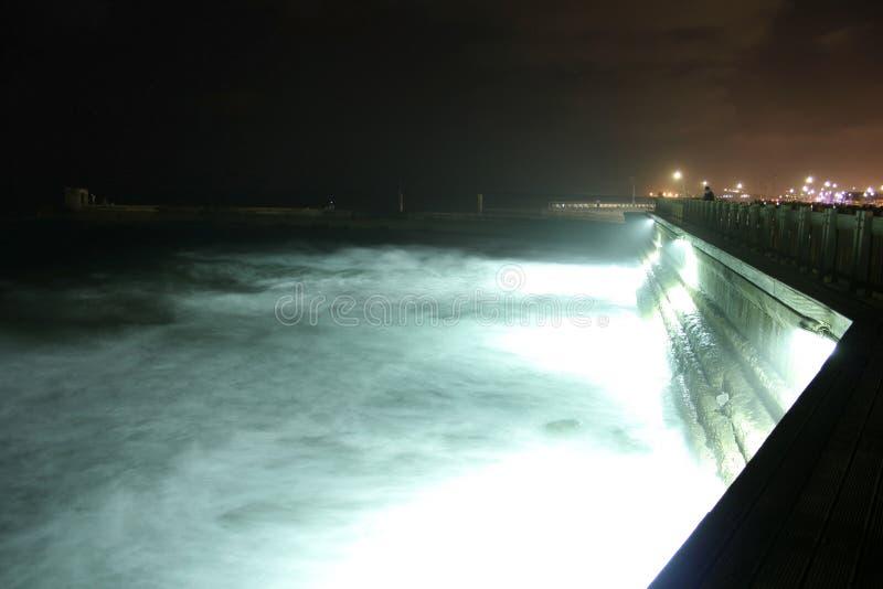 跳船晚上tel viv 免版税库存图片