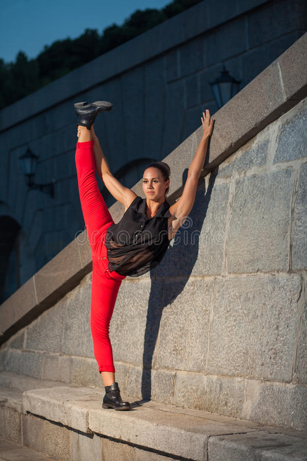 跳芭蕾舞者分裂在河附近的 库存照片