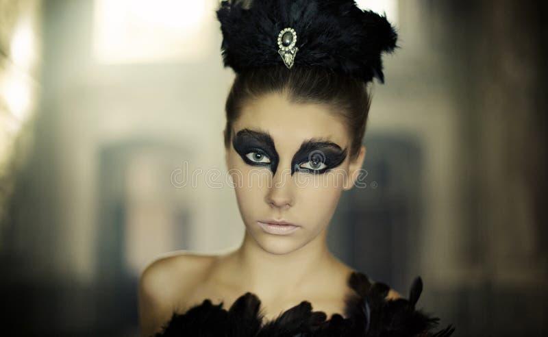 年轻跳芭蕾舞者的画象作为天鹅 库存照片