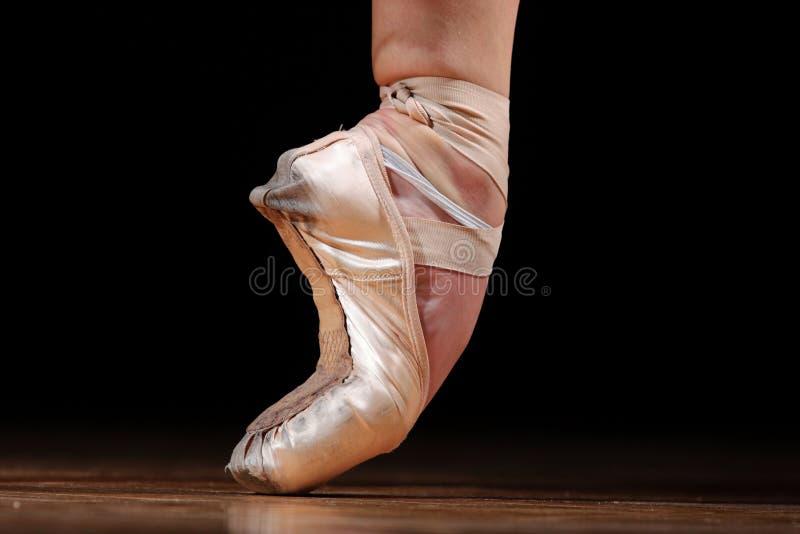 跳芭蕾舞者鞋子 免版税库存图片