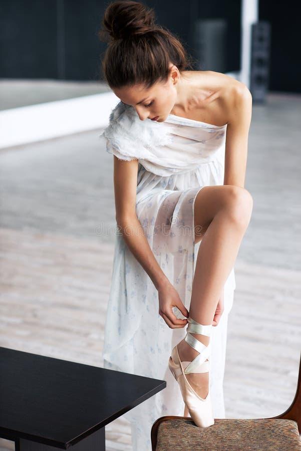 年轻跳芭蕾舞者-摆在演播室的和谐俏丽的妇女 免版税库存照片