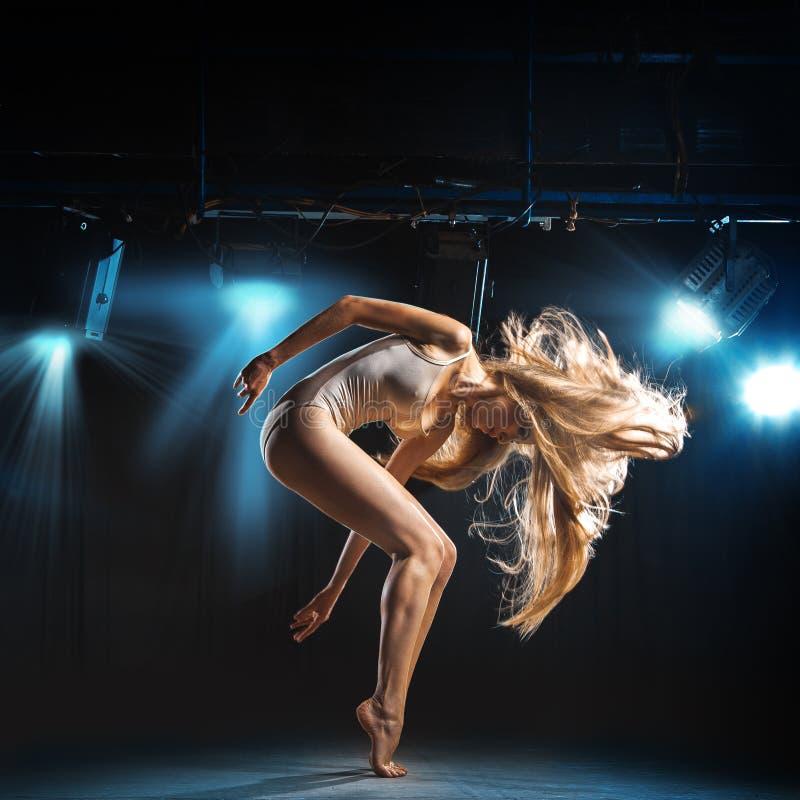 跳芭蕾舞者画象在姿势的在阶段 免版税库存图片