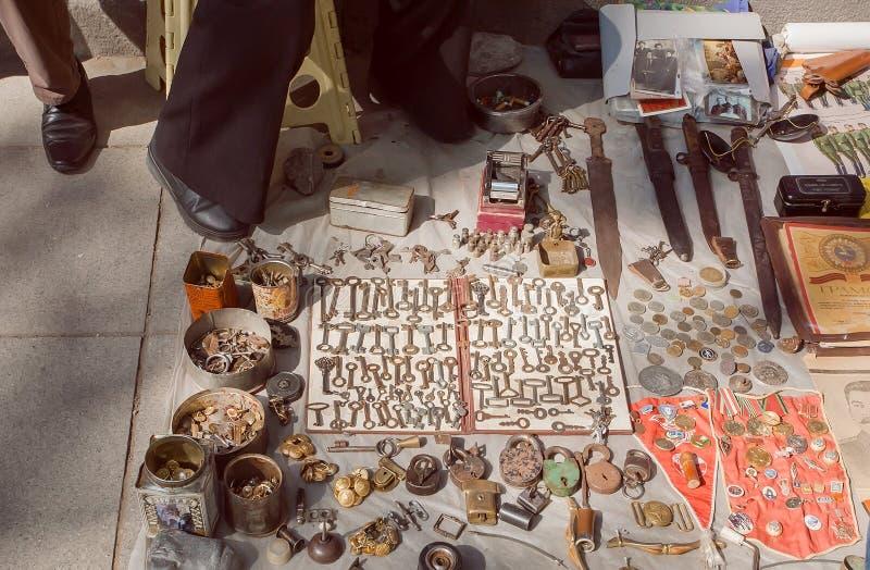 跳蚤市场物品、土气钥匙和金属锁在葡萄酒陈列室 免版税库存图片