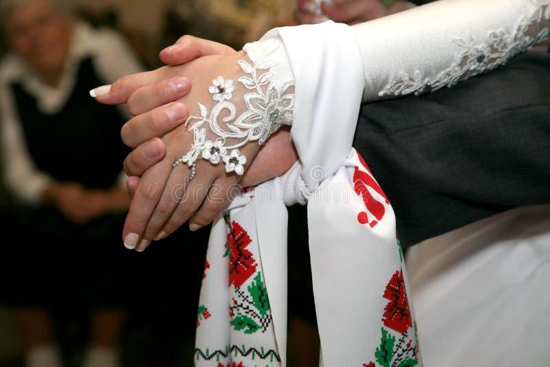 跳起一起婚姻的毛巾新娘和新郎 免版税库存图片