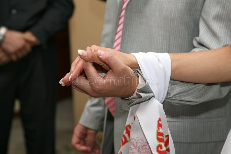 跳起一起婚姻的毛巾新娘和新郎 库存图片