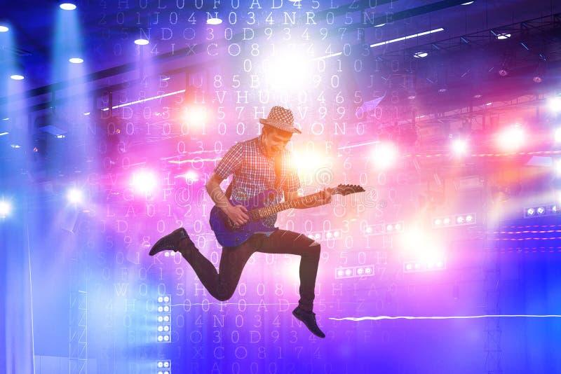 跳跃与吉他的吉他演奏员,当使用时 库存照片