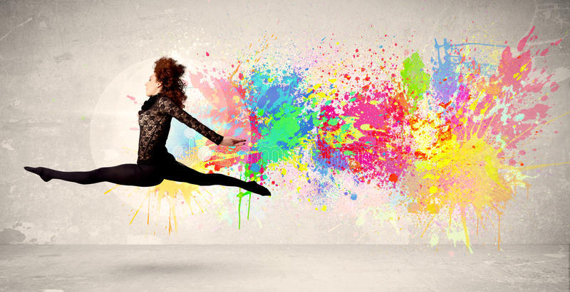 跳跃与在都市backg的五颜六色的墨水泼溅物的愉快的少年 皇族释放例证