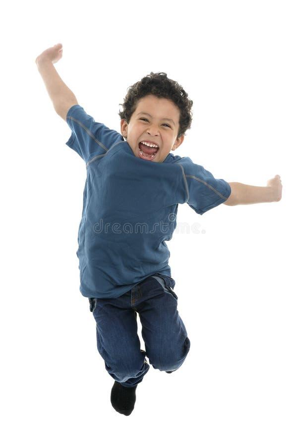 跳跃与能量的活跃愉快的男孩 免版税库存图片