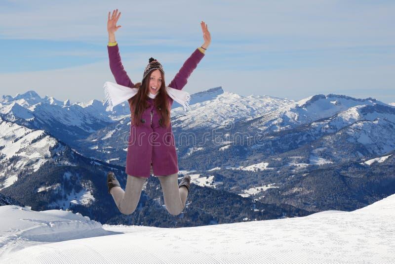 跳跃为喜悦和幸福的少妇在山 免版税库存照片