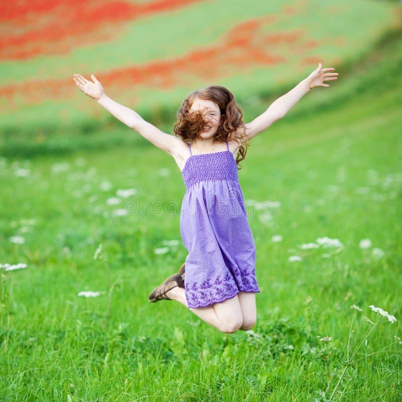 跳跃为喜悦的女孩 免版税库存照片