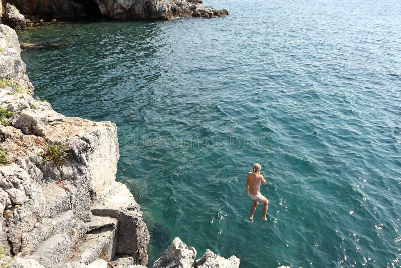 跳跃从峭壁 库存照片