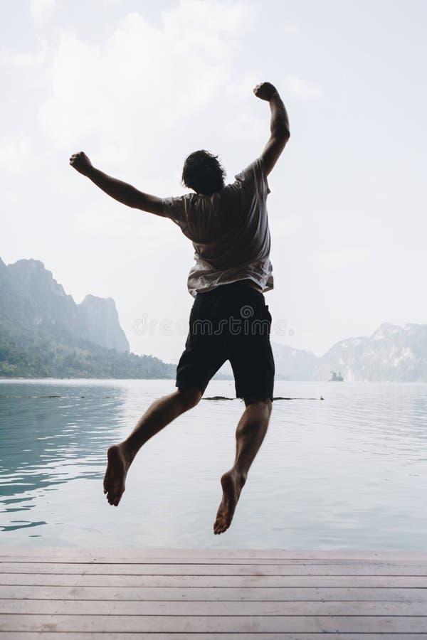 跳跃充满喜悦的愉快的白种人人 免版税图库摄影