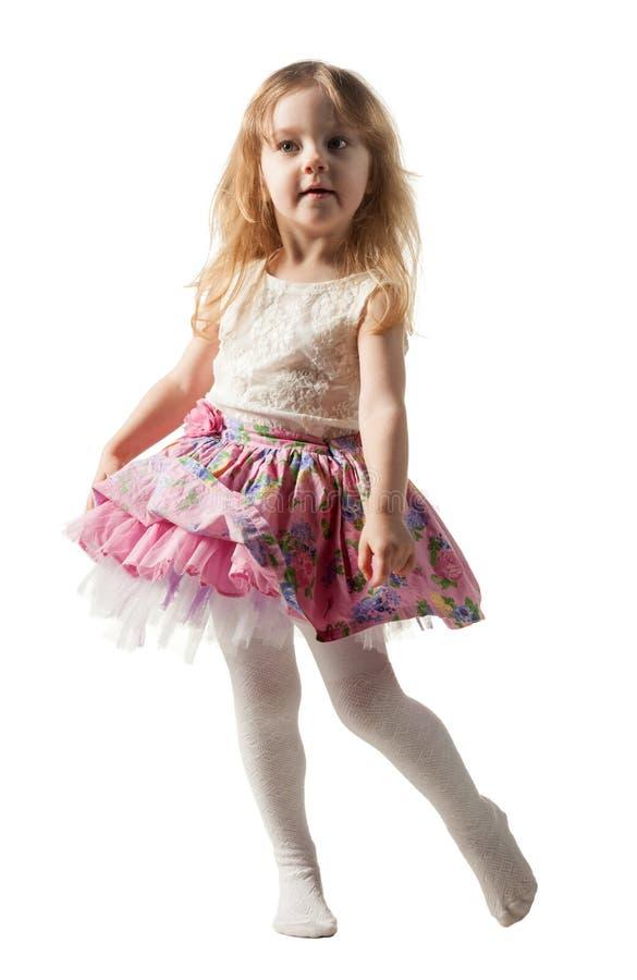 跳跃充满喜悦的逗人喜爱的三年女孩隔绝在白色背景 库存图片