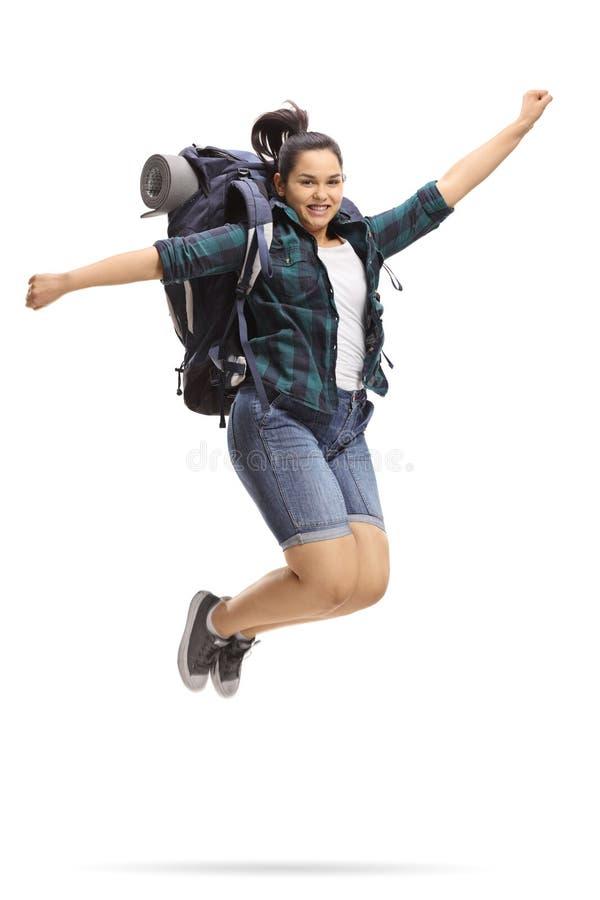 跳跃和打手势幸福的女性青少年的游人 免版税库存照片