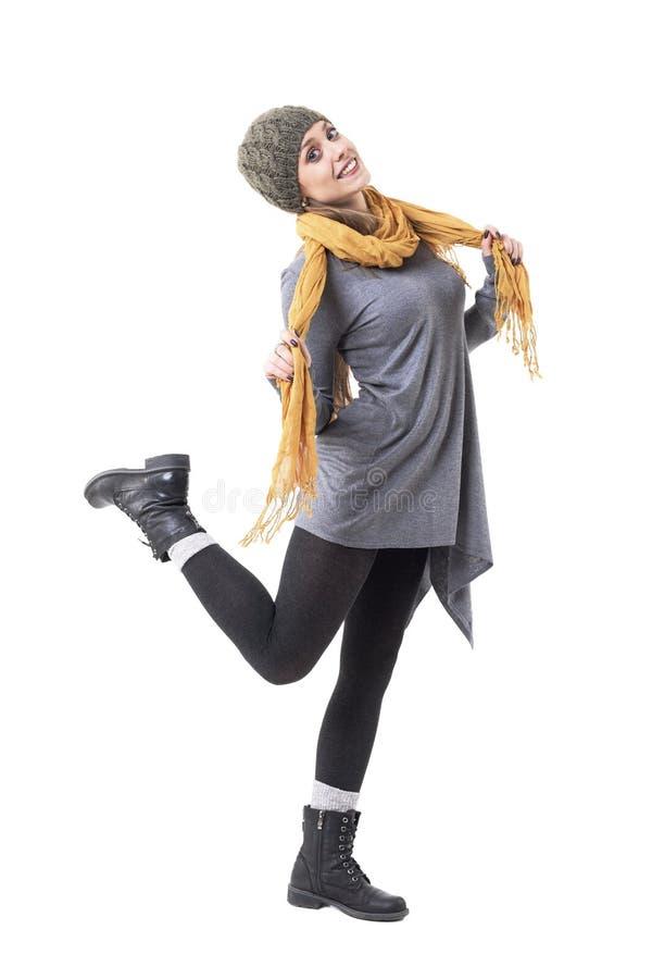 跳跃和摆在秋天衣裳的快乐的微笑的行家样式女孩 免版税库存图片