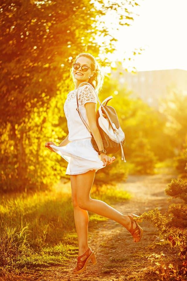 跳跃在公园的嬉皮女孩 免版税库存照片