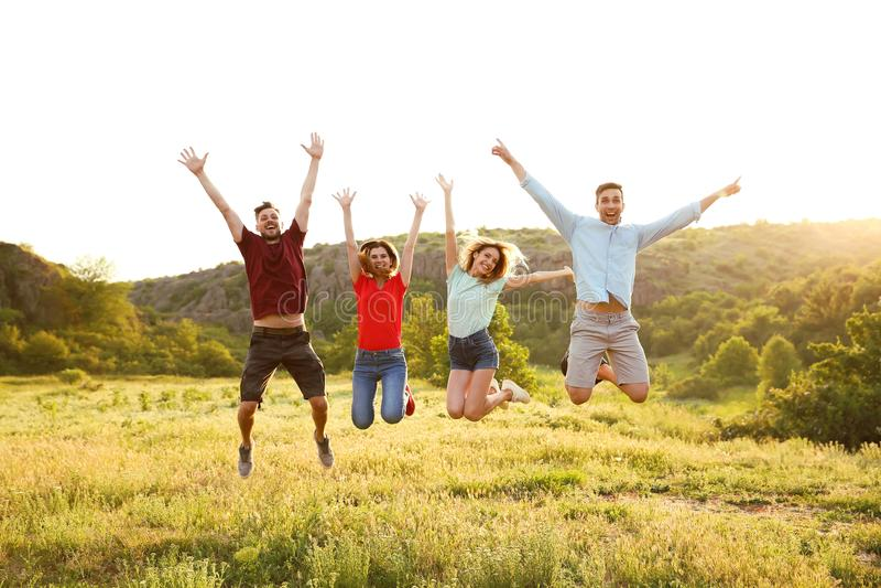 跳跃在原野的愉快的青年人 库存图片
