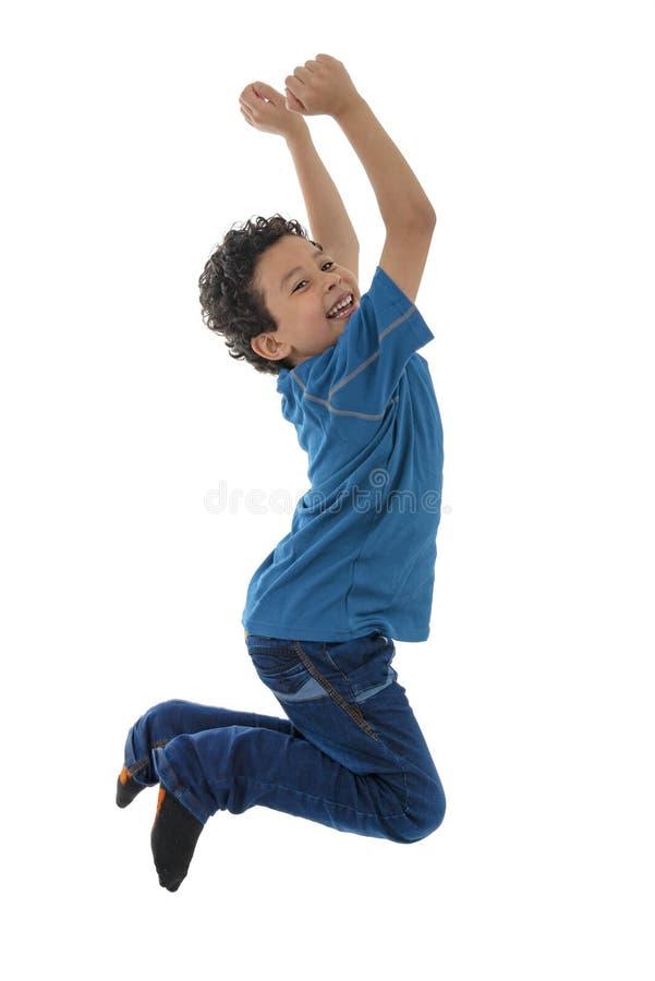跳跃在天空中的年轻活跃男孩 库存照片