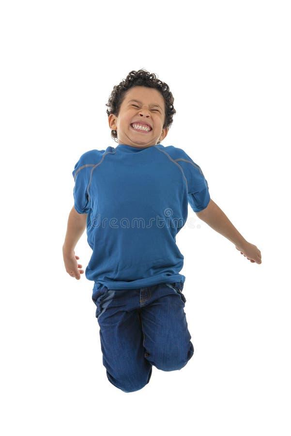跳跃在天空中的活跃愉快的男孩 免版税库存照片