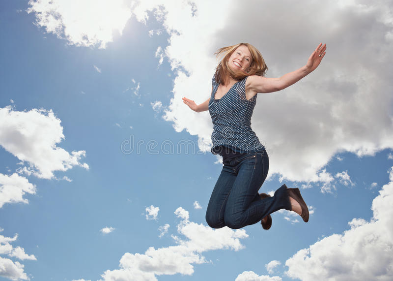 跳跃的妇女 库存照片