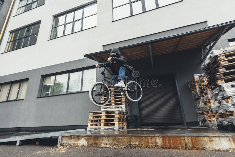 跳跃在街道上的Bmx骑自行车的人 库存照片