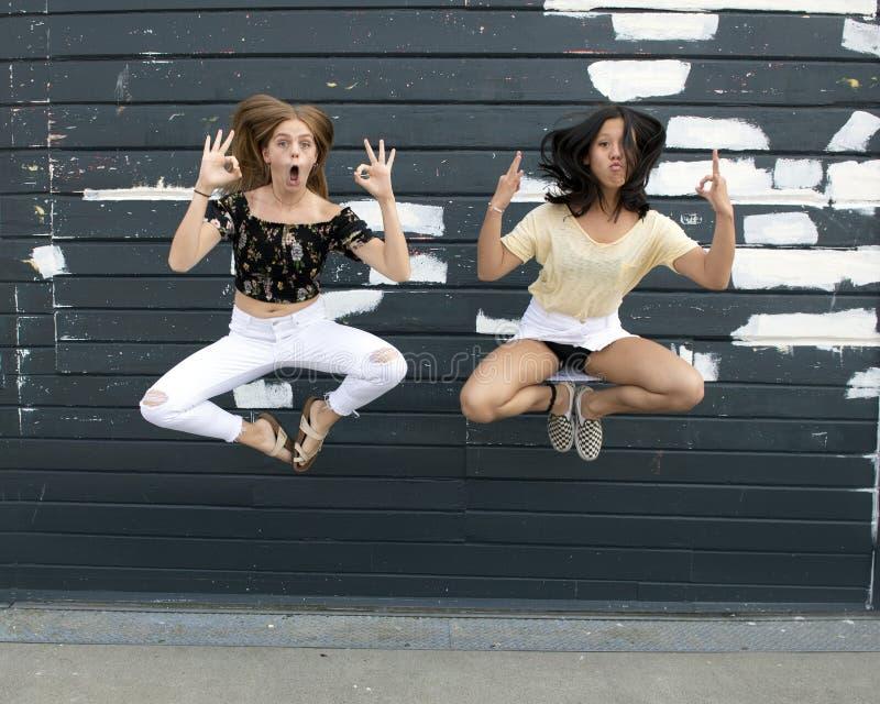 跳跃在西雅图水族馆之外的天空中的十几岁的女孩 库存照片