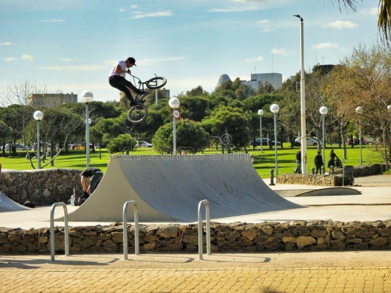 跳跃在巴塞罗那,西班牙的bmx/登山车的男孩 库存照片