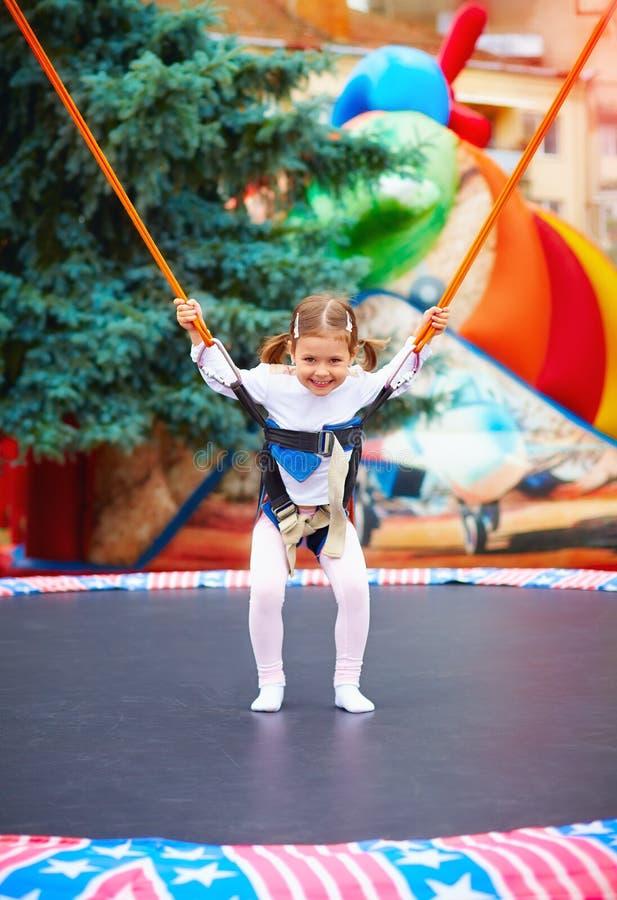 跳跃在绷床绳索的愉快的小女孩 免版税库存图片