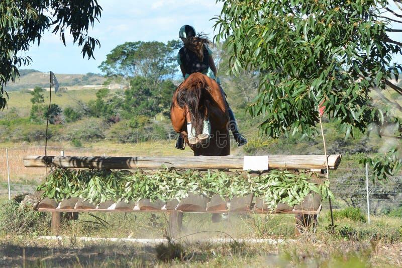 跳跃在skiramp下的Eventing骑马者 免版税库存图片