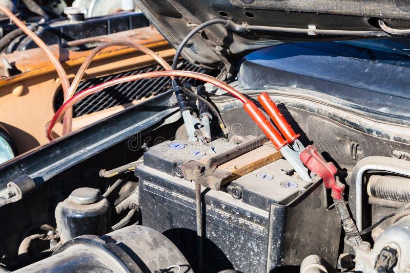 跳跃开始有另一辆车的一个平车电池 免版税库存照片