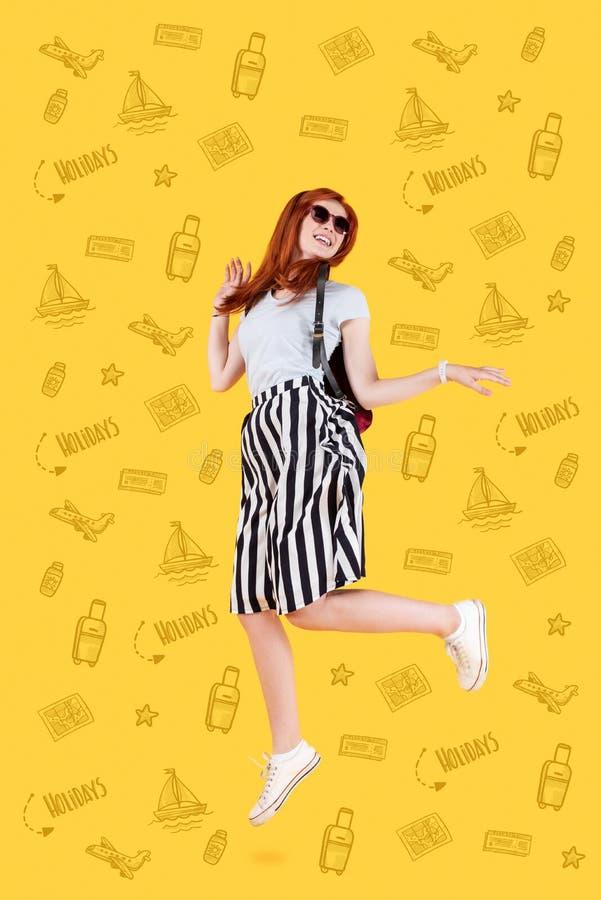 跳跃情感的学生,当考虑她的夏天休假时 免版税图库摄影